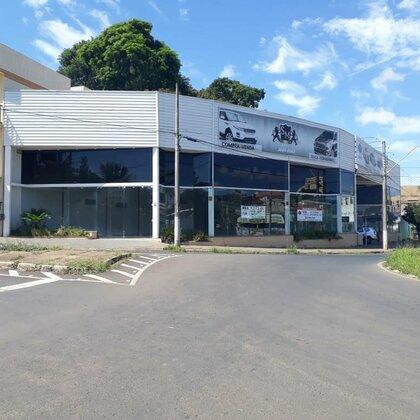 Aluga-se imóvel comercial amplo, com ótima localização na Av. Wilson Borges - Araxá MG