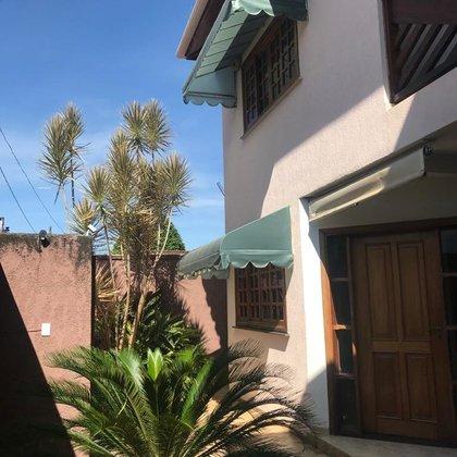 Aluga-se casa ampla, com armários na Vila Silvéria - Araxá MG