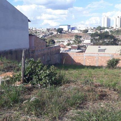 Vende-se terreno de 420m² no bairro Jardim Imperial - Araxá MG