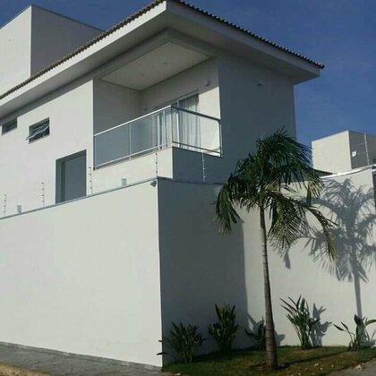 Vende-se casa de 3 quartos (sendo 1 suíte master e 2 semi suítes) no Cond. Casa Branca - Araxá MG