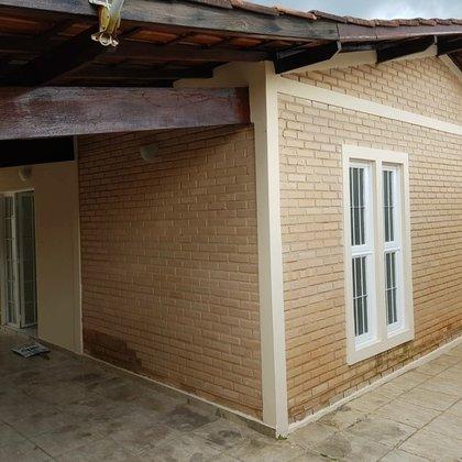 Vende-se casa no Santo Antônio, próximo a Praça da Mangueira com 3 quartos, suíte com closet, em Araxá MG